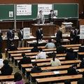 大学入試センター試験に代わり、初めて行われた大学入学共通テスト=16日、東京都文京区の東京大(時事通信社)