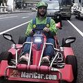 ルイージに扮して東京の道路を走るドリース・メルテンス【写真:ベルギーメディア『HLN』のスクリーンショット】