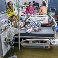 インド北東部ビハール州パトナで、浸水した病室のベッドで休む患者ら(2019年9月28日撮影)。(c)Sachin KUMAR / AFP