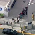 銃撃事件の報道があったサウガス高校の中から出てくる人たち=AP通信