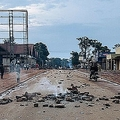 大統領選の延期に抗議するデモが行われたコンゴ民主共和国の東部ベニのがれきが散乱する道路(2018年12月27日撮影)。(c) ALEXIS HUGUET / AFP