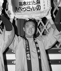 """去年の""""福男""""佐藤さん。まさかこの時が幸福のピークだとは…(共同通信社)"""
