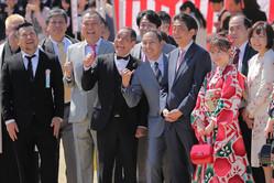 今年の桜を見る会にて、吉本興業の芸人に囲まれて笑う安倍首相(時事通信フォト)