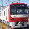 京急線に突如現れた「白い電車」実は塗装の途中だった