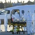 フランス・サンジルで搬送される新型コロナウイルス感染患者(2020年10月27日撮影、資料写真)。(c)Pascal GUYOT / AFP