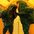 新型コロナウイルスの除染を行う英emergency serviceの防護服(C)Burnstuff2003