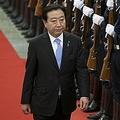 野田佳彦前首相が地元・千葉県の船橋駅前で早朝から自らチラシを配っている様子に中国で驚きの声が上がっている。写真は11年12月、中国を訪問した野田前首相。