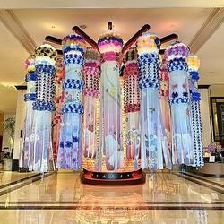ホテルの15階ロビーに入った瞬間に目に入る吹き流し飾り。美しさと迫力にビックリ