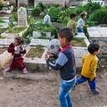 レバノン・トリポリの墓地で遊ぶ子どもたち(2021年4月14日撮影)。(c)Ibrahim CHALHOUB / AFP