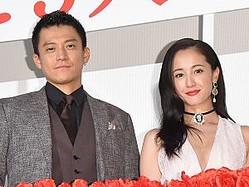 映画『人間失格 太宰治と3人の女たち』公開記念舞台挨拶に出席した(左から)小栗旬、沢尻エリカ