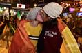 エクアドルの憲法裁判所が同性婚を合憲と認める判決を下し、これを喜ぶカップル(2019年6月12日撮影)。(c)Rodrigo BUENDIA / AFP