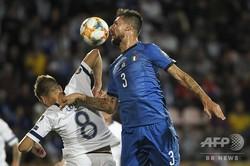 サッカー欧州選手権予選、グループJ、フィンランド対イタリア。ボールを競るイタリアのフランチェスコ・アチェルビ(右)とフィンランドのロビン・ロッド(2019年9月8日撮影)。(c)Markku Ulander / Lehtikuva / AFP
