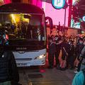 香港国家安全維持法に抗議するデモに参加した人々を拘束する警察(2020年7月1日撮影、資料写真)。(c)DALE DE LA REY / AFP