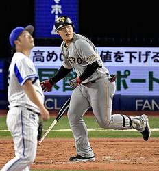 4回1死、本塁打を放った岡本(投手・武藤)(12日)=沼田光太郎撮影