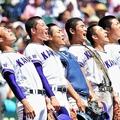 逆転弾で強豪を撃破し、全力で校歌を歌う高橋選手(左から4人目)ら金農ナイン(17日、兵庫県西宮市で)