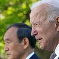 米首都ワシントン・ホワイトハウスのローズガーデンで共同記者会見を行うジョー・バイデン米大統領(右)と菅義偉首相(左、2021年4月16日撮影)。(c)MANDEL NGAN / AFP