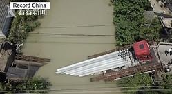 中国浙江省嘉興市で9日午前4時半ごろ、長さ12メートルもの管を満載したセミトレーラーが橋を押しつぶす事故が起きた。