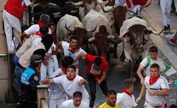 スペイン北部の牛追い5日目、67人負傷 1人は角で腕突かれる