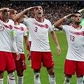 サッカーのトルコ代表チームが試合中に敬礼 欧州サッカー連盟が調査