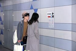 コインロッカーの使用停止の貼り紙を見つめる観光客ら=2019年11月19日午前10時34分、JR名古屋駅、竹井周平撮影