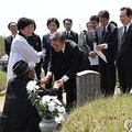 光州事件の遺族をいたわる文在寅(ムン・ジェイン)大統領(資料写真)=(聯合ニュース)
