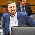 国際原子力機関(IAEA)の特別理事会に臨むイランのウィーン国際機関代表部のガリブアバディ大使(中央)=2019年7月10日、ウィーン、吉武祐撮影