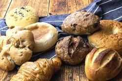 パンスクは、全国のベーカリーから厳選されたパンが毎月届くパンの定期宅配サービス。独自の冷凍技術により焼きたての味と風味を保持している