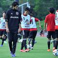 ロールモデルコーチに就任した内田篤人氏が見つめる中でトレーニングするU-19日本代表の選手たち