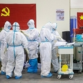 中国・湖北省の病院で働く医療従事者ら(2020年2月17日撮影)。(c)AFP