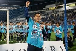 チームも自身にとっても13年ぶりとなるJ1昇格を喜ぶ三浦知良。写真:滝川敏之