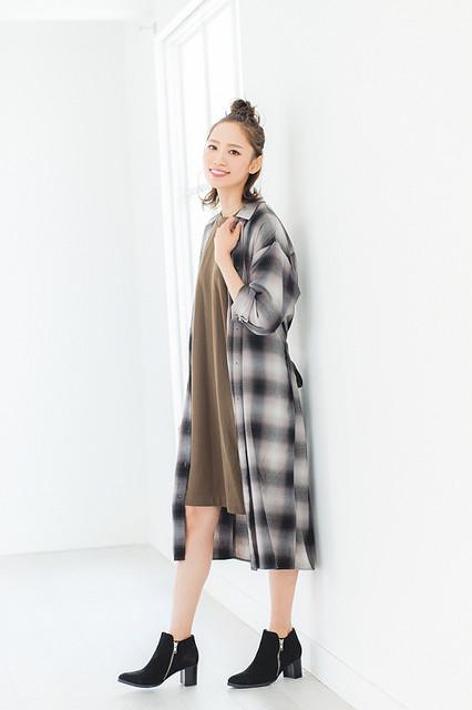 098a6ff437132 シンプルな無地のワンピースでもチェック柄の羽織りで、おしゃれ感が一気にアップ。ワンピースはロングシャツよりも丈を短くするとバランスよく着られます。