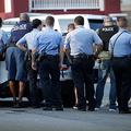 米東部フィラデルフィアで14日、銃撃事件が起き、現場に集まった警察官=AP
