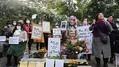 10月13日、ドイツ・ベルリン市ミッテ区に設置された少女像前で、設置許可取り消しに抗議する人々
