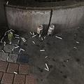 吸い殻とアルコール(写真は筆者撮影)