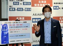 ワクチンの集団接種会場の設置について説明する北海道の鈴木直道知事=2021年6月8日午前11時32分、道庁、榧場勇太撮影