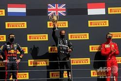 20F1第4戦英国GP決勝。表彰式に臨む(左から)レッドブルのマックス・フェルスタッペン、メルセデスAMGのルイス・ハミルトン、フェラーリのシャルル・ルクレール(2020年8月2日撮影)。(c)Frank Augstein/ POOL/ AFP