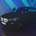 「世界で最も黒い」BMWお披露目