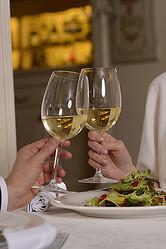 婚活サイトで見つけた相性のよさそうな女性にメッセージを送信し、デートすることに(※写真はイメージ)