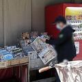 公園や路上では新聞や雑誌を熱心に読む人の姿が