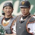 巨人・小林誠司(左)、炭谷銀仁朗(右)(C)Kyodo News