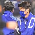 試合後、ファンにあいさつをする三浦監督(撮影・伊藤笙子)