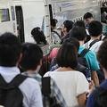 例年、乗車率が150%を超えることもあるお盆の新幹線帰省(時事通信フォト)