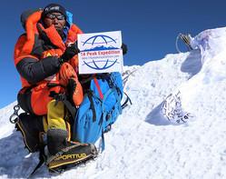 世界最高峰エベレストの登頂成功後、山頂で写真撮影に臨むネパール人登山ガイドのカミ・リタ・シェルパさん。登山ツアー会社「セブン・サミット・トレック」提供(2019年5月15日撮影)。(c)AFP=時事/AFPBB News