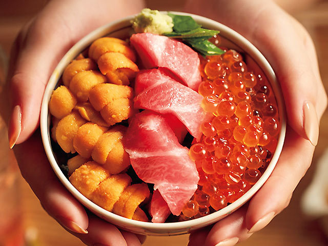 うにといくらがキラキラ輝く海の宝石箱が味わえる!都内屈指の人気海鮮丼4選