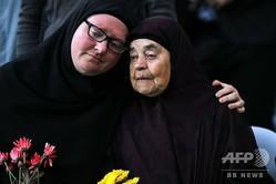 ニュージーランド南島クライストチャーチで、銃乱射事件の犠牲者を悼む地元住民(2019年3月17日撮影)。(c)Con Chronis / AFP