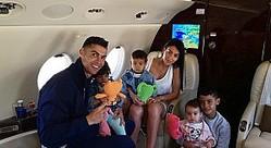 クリスティアーノ・ロナウドと恋人、子供4人も一緒に(画像は『Georgina Rodríguez 2019年6月12日付Instagram「¡Buen día con amor!」』のスクリーンショット)
