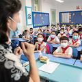 中国・武漢の小学校で授業を受ける児童(2020年9月1日撮影、資料写真)。(c)STR / AFP