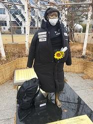 デサントのコートが着せられていた少女像(江東区平和の少女像保存市民委員会提供)=(聯合ニュース)≪転載・転用禁止≫