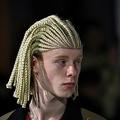 仏パリで開催されたパリ・メンズ・ファッションウィークに出演したコムデギャルソンのモデル(2020年1月17日撮影)。(c)Anne-Christine POUJOULAT / AFP