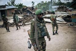 武装勢力「民主同盟軍(ADF)」によるとみられる襲撃があったコンゴ民主共和国ベニ周辺の村でパトロールする兵士(2020年2月18日撮影、資料写真)。(c)Alexis Huguet / AFP